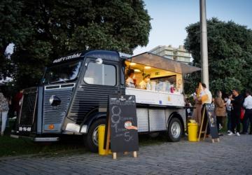 Aqui está a primeira food truck da Madre Coxinha — e fica mesmo em frente à praia